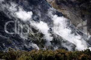 rauchschwaden im krater