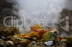 steine mit schwefel und rauch