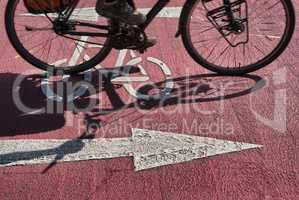 Straßenmarkierung Fahrradweg und Fahrrad