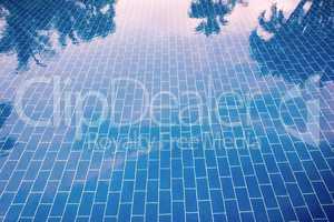 Blauer gefliester Boden eines Pools unter klarem Wasser