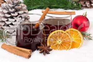 Glühwein an Weihnachten im Winter Getränk Alkohol Dekoration m