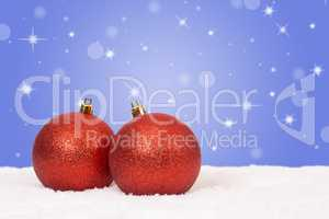 Rote Weihnachtskugeln Weihnachten Dekoration mit Schnee und Schn