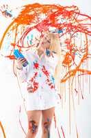 Angemalte Frau mit Wandfarben
