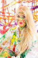 Blonde Frau voller Farbe