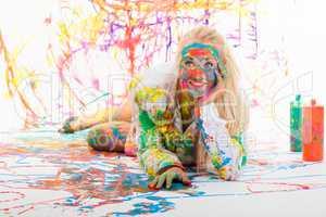 Glückliche blonde Frau voller Farbe