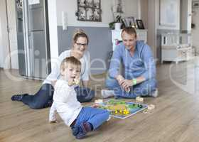 Junge spielt mit Eltern