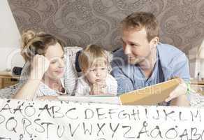 familie liest Buch