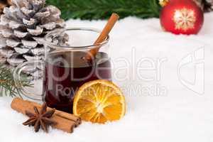 Glühwein an Weihnachten im Winter Getränk Alkohol mit Schnee u