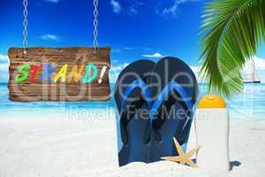 Strand mit Flip Flops, Sonnenmilch und Schild mit Text