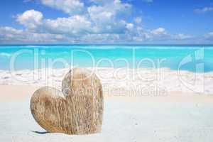 Großes Herz aus Holz zum beschriften am Strand