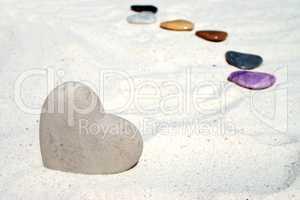 Großes Herz aus Stein im Sand
