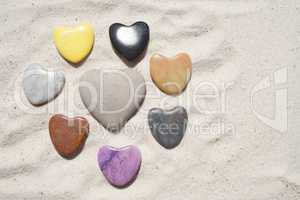 Herzen aus Stein liegen im Sand