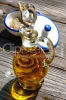 Glaskaraffe mit Olivenöl und eine Schale mit Fleur de Sel