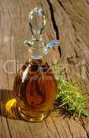 Glaskaraffe mit Olivenöl und Rosmarinzweige