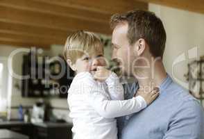 Vater mit Sohn auf dem Arm