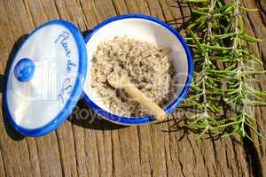 Schale mit Fleur de Sel Salz und Rosmarin Zweige