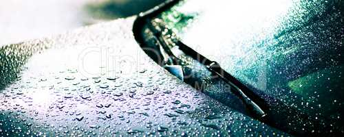 Regentropfen auf einer Motorhaube