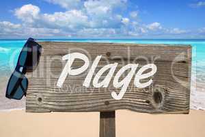 """Holzschild mit der Aufschrift """"Plage"""" am Sandstrand"""