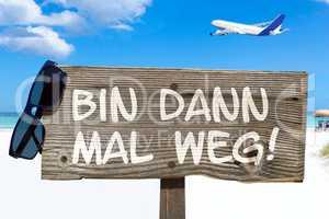 """Holzschild mit der Aufschrift """"Bin dann mal weg!"""" am Strand"""