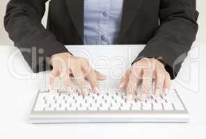 Frauenhände mit Tastatur
