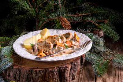 potatoes with pork medallions and chanterelle sauce