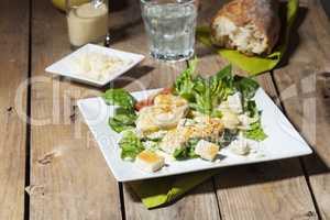Cäsarsalat auf rustikalen Holz