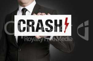 Crash Schild wird von Geschäftsmann gehalten