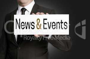 News and events Schild wird von Geschäftsmann gehalten