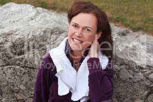 Porträt einer Frau die sich nach körperlichen Training erholt