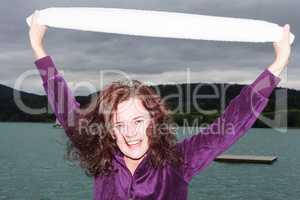 Attraktive junge Frau draußen in einem See