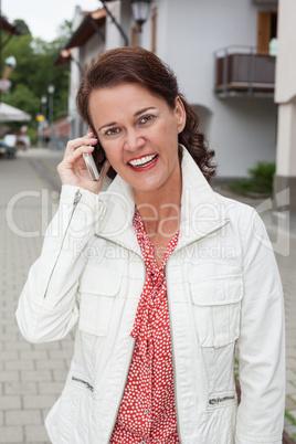 Lächelnde Geschäftsfrau beim telefonieren mit Ihren Handy