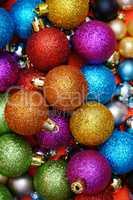 Viele bunte Christbaunkugel als weihnachtlicher Hintergrund