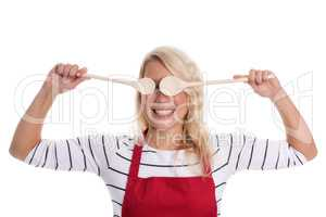 Hausfrau hält sich Kochlöffel vor die Augen