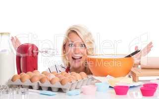 Frau mit Mixer und Backzutaten ist überfordert