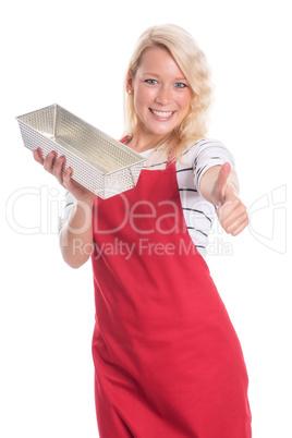 Frau in Schürze hält eine Backform und zeigt Daumen hoch