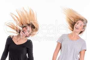 2 blonde Mädchen flippen aus