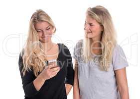 Zwei blonde Freundinnen schauen in ein Handy