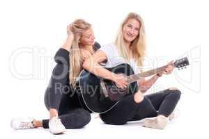 2 blonde Mädchen und eine Gitarre