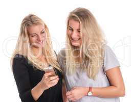 2 blonde Mädchen lesen eine Handynachricht