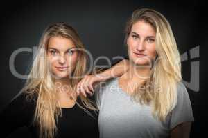 2 blonde Schwestern im Portrait