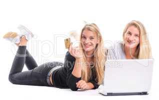 2 Mädchen beim Online Shoppen am Laptop