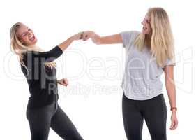 2 blonde Schwestern halten zusammen