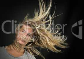 Blonder Teenager mit wehenden Haaren