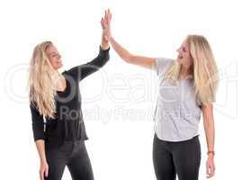 2 blonde Mädchen klatschen sich ab
