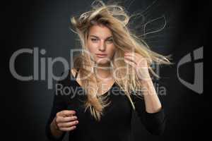 Sexy Blondine mit wehenden Haaren
