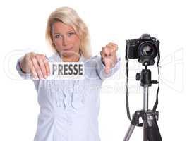 Blonde Pressefotografin zeigt Daumen runter
