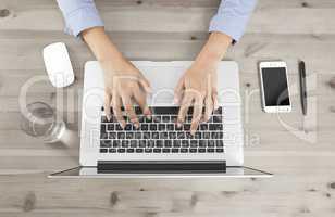 hände arbeiten mit laptop