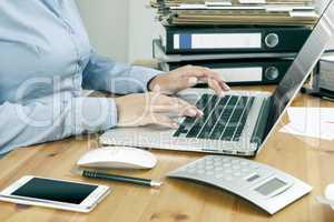 Büroarbeit mit Laptop