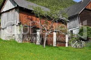 Gehöft am Berghang, Österreich