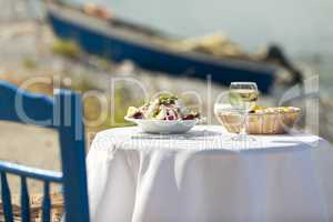 Griechischer Salat im Sommer im Freien